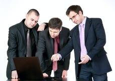 компьютер бизнесменов говоря 3 Стоковые Фото