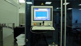 Компьютер в лаборатории или manufactory Биохимические анализатор и компьютер в лаборатории винодельческой промышленности анализир Стоковая Фотография RF