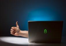 компьютер давая руку вне достигая большие пальцы руки вверх Стоковое фото RF