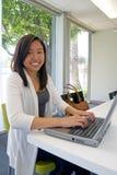 компьютер делая девушку ее студент домашней работы предназначенный для подростков Стоковые Фотографии RF