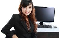 компьютер дела используя работу женщины Стоковое фото RF