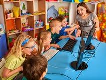 Компьютер детей классифицирует нас для образования и видеоигры стоковое фото rf