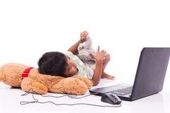компьютер игры мальчика стоковое изображение