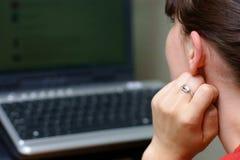 компьютер используя детенышей женщины Стоковая Фотография RF