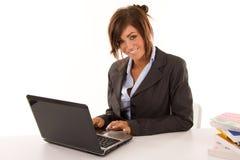 компьютер используя женщину стоковая фотография