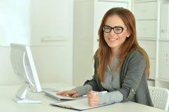 компьютер используя женщину Стоковая Фотография RF
