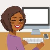 компьютер используя женщину иллюстрация вектора