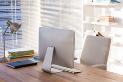 Компьютер и книги на столе работы Стоковая Фотография RF