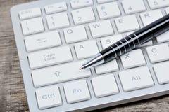 Компьютер клавиатуры с ручкой на таблице Стоковые Фото