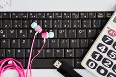 Компьютер-книжка на столе Калькуляторы, ручка привода вспышки USB, стоковое фото