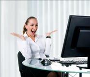 компьютер коммерсантки счастливый сидит стоковое фото rf