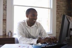 компьютер крупного плана бизнесмена вручает деятельность офиса Стоковые Фотографии RF