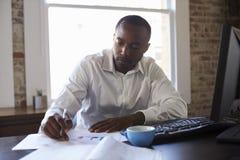 компьютер крупного плана бизнесмена вручает деятельность офиса Стоковое Фото