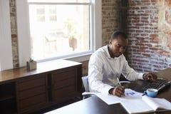 компьютер крупного плана бизнесмена вручает деятельность офиса Стоковая Фотография RF