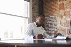 компьютер крупного плана бизнесмена вручает деятельность офиса Стоковое Изображение RF
