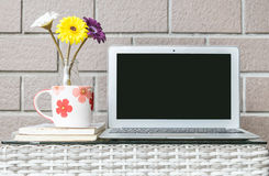Компьютер крупного плана на запачканной деревянной таблице weave и коричневая предпосылка текстуры кирпичной стены, красивый инте Стоковая Фотография RF