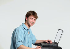 компьютер мальчика предназначенный для подростков Стоковое фото RF