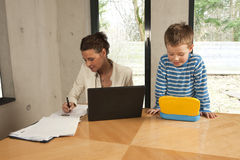 компьютер мальчика смотря усмедущся Стоковое Фото