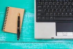 компьютер на древесине и инструменте офиса Стоковое Изображение