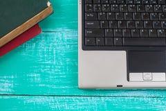 компьютер на древесине и инструменте офиса Стоковое Изображение RF