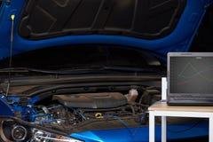 Компьютер на таблице для диагностического автомобиля стоковое изображение rf