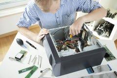 Компьютер отладки молодого человека Стоковые Фотографии RF