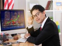 Компьютер пользы бизнесмена в офисе стекла дела укомплектовывают личным составом носить Стоковое Фото