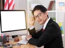 Компьютер пользы бизнесмена в офисе Стоковая Фотография