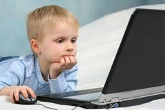 компьютер ребенка используя Стоковые Фото