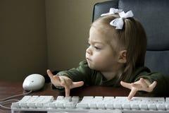 компьютер ребенка используя Стоковые Фотографии RF
