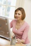 компьютер смотря женщину экрана стоковые фотографии rf