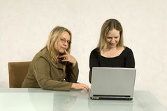 компьютер смотря женщин Стоковая Фотография RF