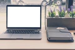 компьютер, тетрадь на деревянном столе компьтер-книжка на рабочем месте офиса Стоковые Фото