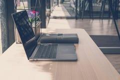 компьютер, тетрадь на деревянном столе компьтер-книжка на рабочем месте офиса Стоковые Фотографии RF