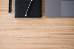 компьютер, тетрадь & ручка на деревянном столе компьтер-книжка на workplac офиса Стоковая Фотография