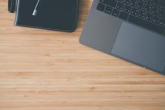 компьютер, тетрадь & ручка на деревянном столе компьтер-книжка на workplac офиса Стоковое Фото