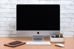 компьютер iMac, iPad мини, iPhone x и дозор Яблока стоковое изображение rf