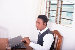Компьютер mit бизнесмена Стоковые Фото