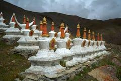 Комплекс 108 буддийских структур Stupas ритуала на горном склоне священного Mount Kailash Стоковое Изображение RF