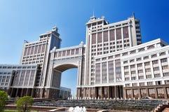 Комплекс зданий на квадрате Национальн Корпорации KazMunaiGas круглом в Астане Стоковые Изображения RF