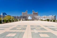 Комплекс зданий на квадрате Национальн Корпорации KazMunaiGas круглом в Астане Стоковые Фотографии RF