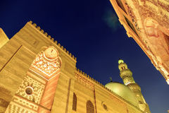 Комплекс Qalawun, улица El Moez на ноче стоковая фотография