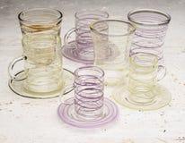 2 комплекта выпивая стекел с желтыми и фиолетовыми штриховатостями Стоковые Фотографии RF
