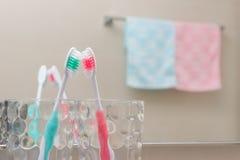 2 комплекта щетки и полотенца кладя совместно близко Стоковые Фотографии RF