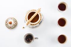 Комплект азиата бака чая, листьев чая и стрейнера Стоковые Изображения RF