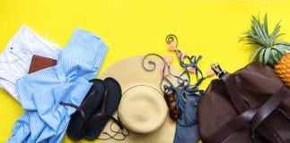 Комплект аксессуаров вещей ` s женщины для того чтобы пристать сезон к берегу Стоковые Фотографии RF