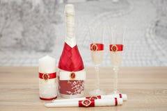 Комплект аксессуаров свадьбы, украшенный в покрашенных лентах и ювелирных изделиях Стоковая Фотография RF
