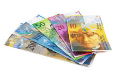 Комплект банкнот швейцарского франка на белой предпосылке