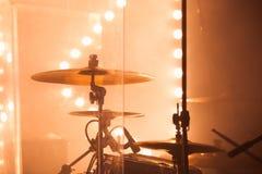 Комплект барабанчика, цимбалы и запачканные света Стоковое Фото