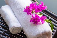 Комплект белых полотенец и цветка Стоковое Изображение